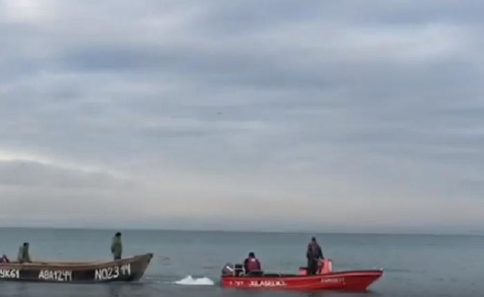 Dənizdə xilas edilən balıqçıların görüntüsü - VİDEO