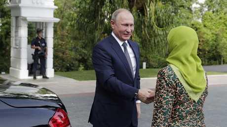بوتين يلتقي رئيسة سنغافورة حليمة يعقوب