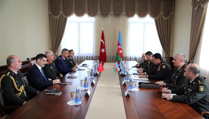 Nacmaddin Sadikov abordó la situación en el frente con el general turco