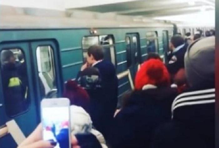 Metroda mübahisə edən gənclər barışdılar