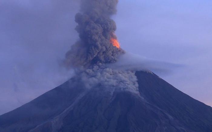 Indonésie: le volcan Soputan entre en éruption