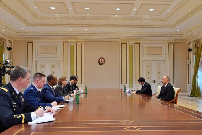 Präsident Ilham Aliyev empfängt US-Delegation