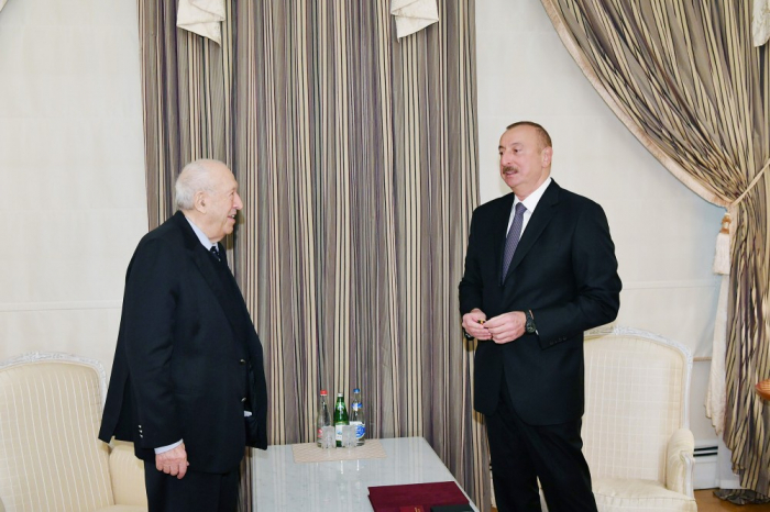 Ilham Aliyev remet l'Ordre du Travail de 1ère classe au peintre Tahir Salahov