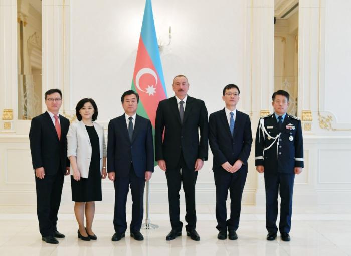 Präsident Ilham Aliyev empfängt koreanischen Botschafter zur Entgegennahme seines Beglaubigungsschreibens