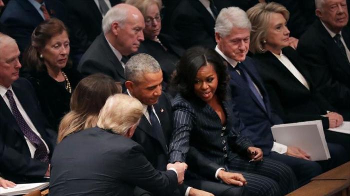 Trump saluda a Obama pero ignora a los Clinton en funeral de Bush