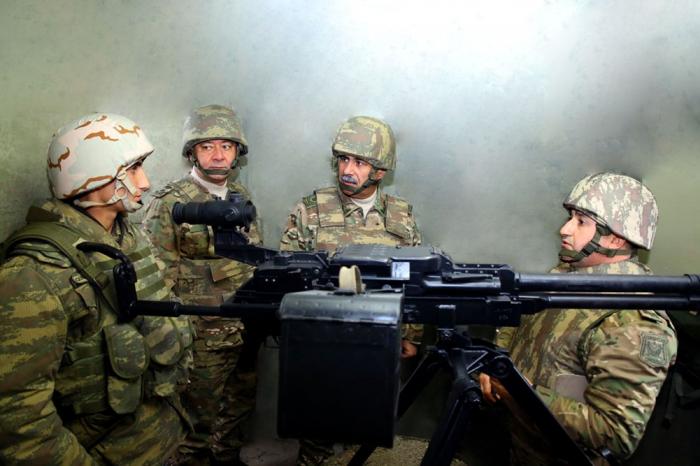 Ministro de Defensa de Azerbaiyán observa la preparación para el combate de las unidades militares de primera línea