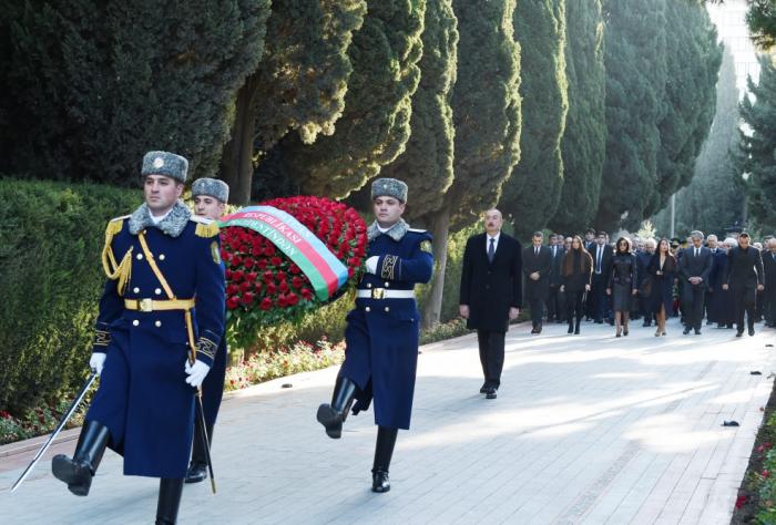 Prezident Heydər Əliyevin məzarını ziyarət edib - FOTOLAR