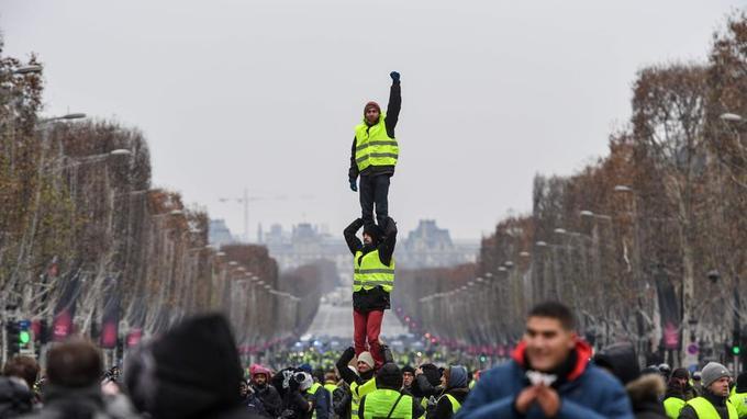 """""""Gilets jaunes"""" :  une pyramide humaine sur les Champs-Elysées -  PHOTO"""