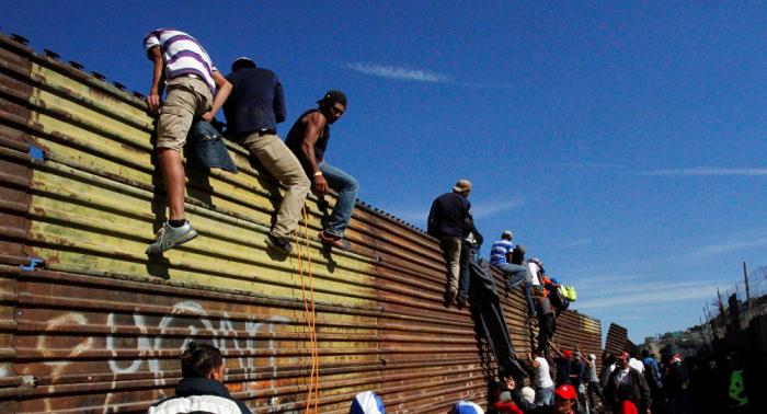 Autoridades: más de 5.500 migrantes cruzan desde México a EEUU en una semana