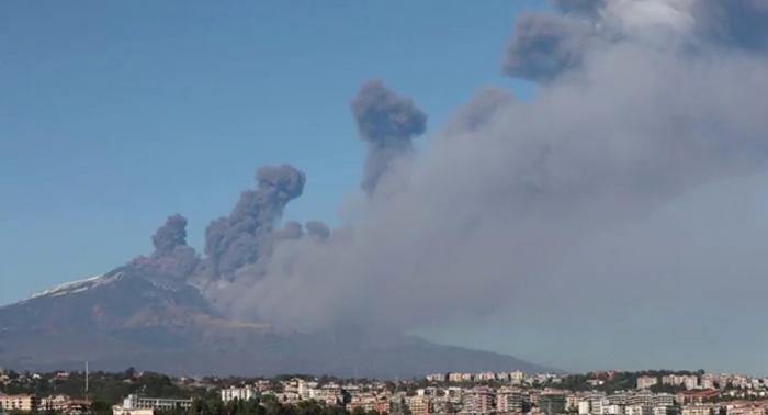 VIDEO  : El volcán Etna emite una columna de humo y cenizas sobre una estación de esquí