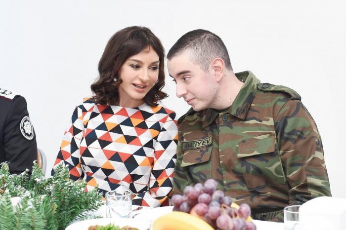 Mehriban Əliyeva əsgərlərlə birgə bayram tədbirində - FOTOLAR