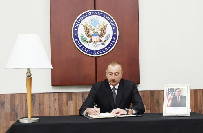 Ilham Aliyev firmó el libro de condolencias en la embajada de EEUU