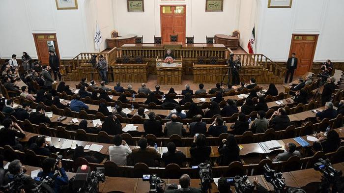İranda 18 deputat istefa verdi