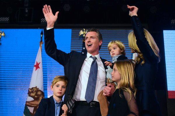 Le gouverneur de la Californie interrompu sur scène par son fils -  VIDEO