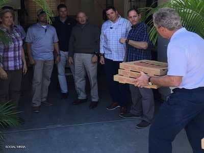 """بوش يحمل البيتزا.. صورة رئيس أميركي في """"زمن الإغلاق"""""""