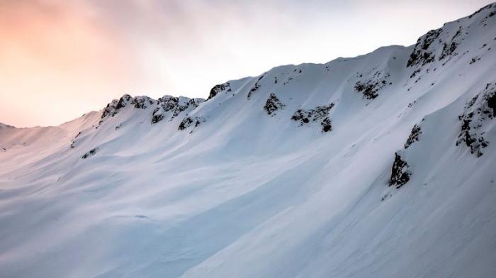 Une avalanche fait un mort et deux blessés en Suisse