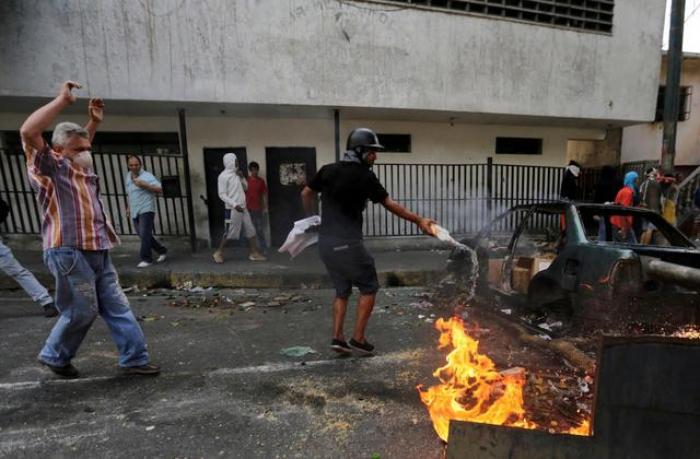 Maduroya qarşı kütləvi etirazlar - Polis idarəsi yandırıldı