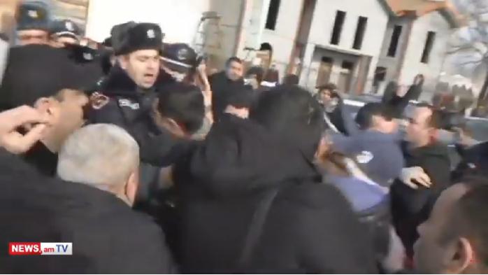 Ermənistanda polislə etirazçılar arasında qarşıdurma – VİDEO