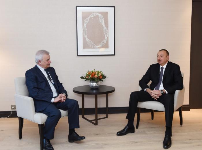 Prezident Davosda Vahid Ələkbərovla görüşüb