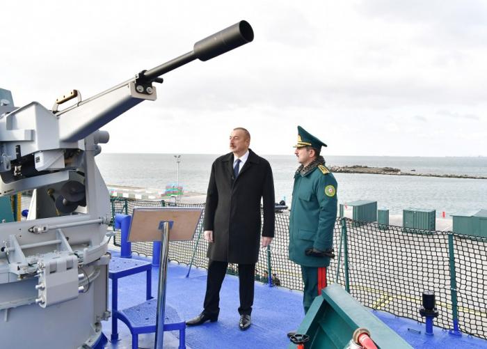 Ilham Aliyevse familiarise avec le nouveau navire de patrouille des garde-côtes «Tufan» - PHOTOS