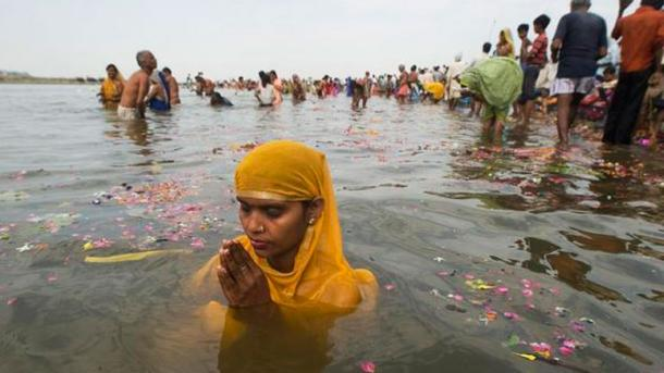 Rituelles Massenbad im Fluss eröffnet Hindu-Fest «Kumbh Mela»