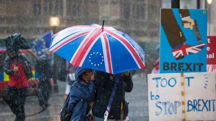 May hält eisern am Brexit fest