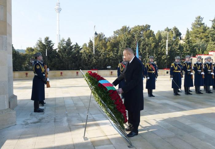 Prezident Şəhidlər Xiyabanını ziyarət etdi - FOTOLAR