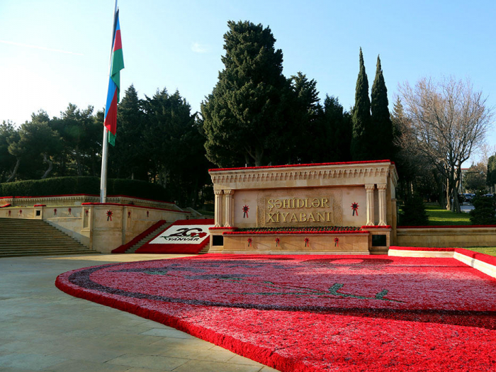 Azerbaijani Defense Ministry personnel visit Alley of Martyrs
