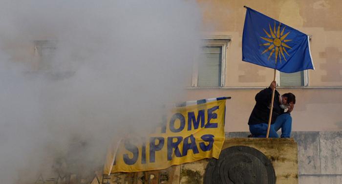 Oposición acusa a Tsipras de dispersar con gas a miles de manifestantes pacíficos