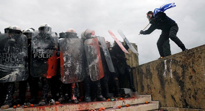 Al menos 25 agentes de la Policía, heridos en choques con manifestantes en Atenas