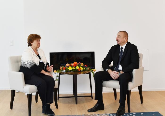 Davos: Staatspräsident Ilham Aliyev trifft sich mit Geschäftsführerin der Weltbank