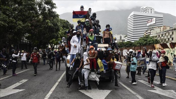 Venezuelan protesters burn ex-President Chavez