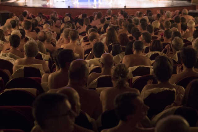 French play where the stars and the audience are all NAKED