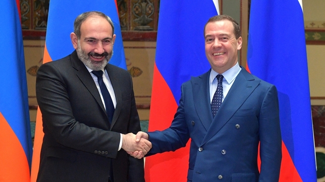 Pashinyan received by Medvedev instead of Putin