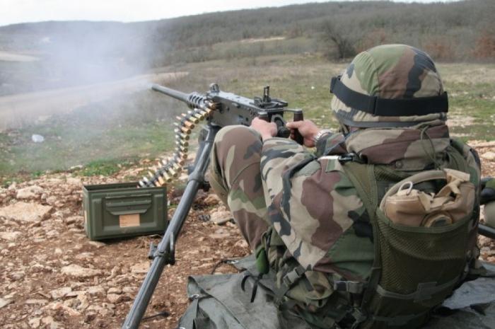 Armenische Einheiten beschießen aserbaidschanische Positionen mit großkalibrigen Maschinengewehren