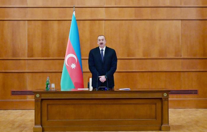 Präsident Ilham Aliyev trifft sich mit Märtyrerfamilien