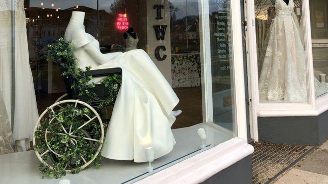 لماذا لفتت صورة لفستان زفاف في واجهة محل الانتباه؟