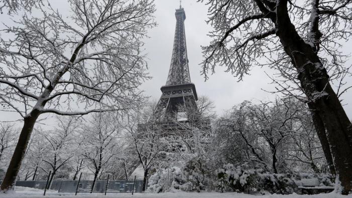 France:  La Tour Eiffel fermée à cause de la neige