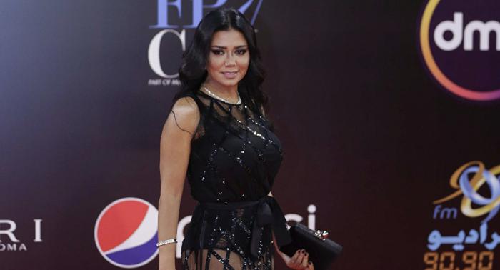 فستان رانيا يوسف في امتحان طلبة الصحافة بمصر