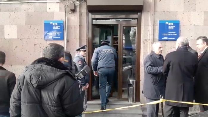 İrəvanda Rusiya bankına balta ilə hücum edildi