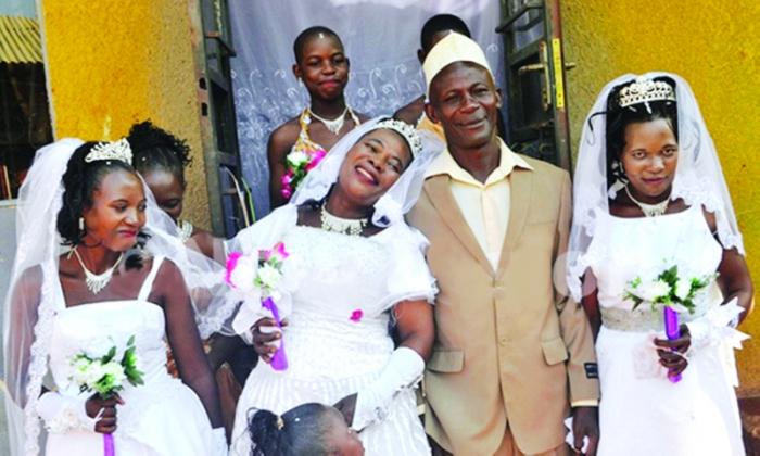 يتزوج ثلاث نساء في وقت واحد