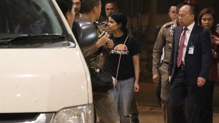 VIDEO:   Joven saudita que huyó de su familia sale del aeropuerto de Bangkok