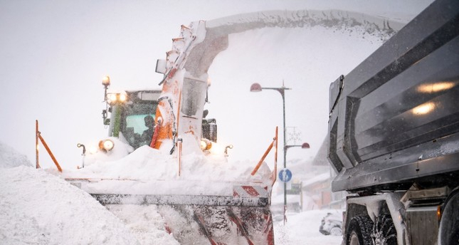 Snow storm causes chaos for travelers in Germany, Austria