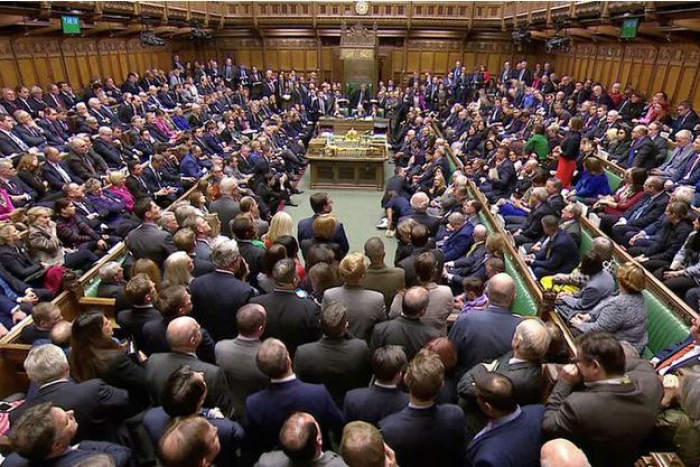 Les députés britanniques rejettent massivement l
