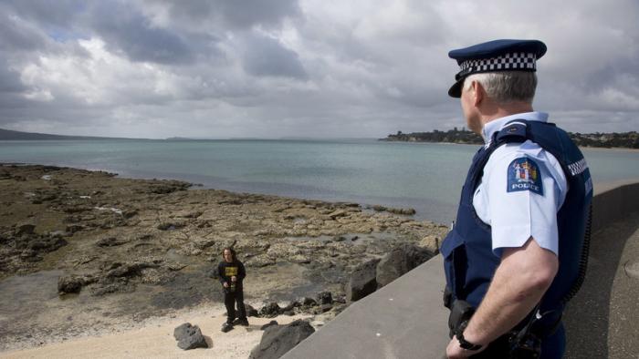"""""""Dañan el país"""": Piden expulsar de Nueva Zelanda a británicos por dejar basura en la playa"""