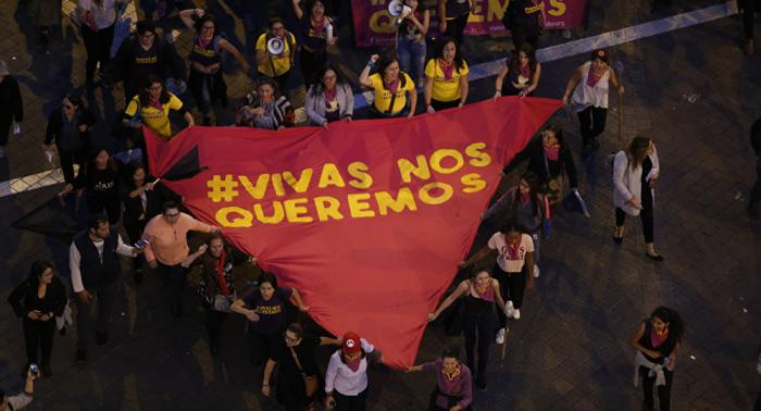 Miles de mujeres marchan en Ecuador contra feminicidios y violencia de género