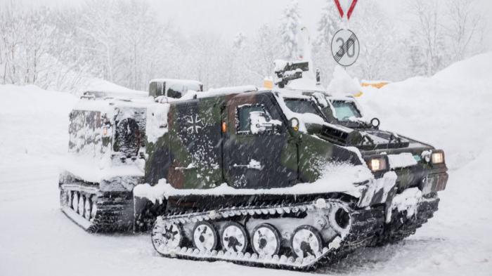 Autofahrer sitzen fest, Bundeswehr im Winterdienst
