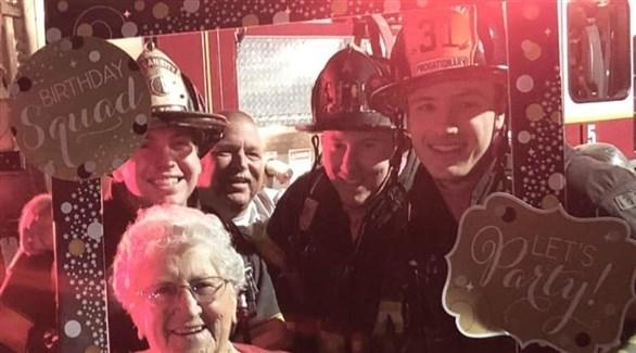 أطفأت شموع عيد ميلادها التسعين.. فأشعلت إنذار الحريق