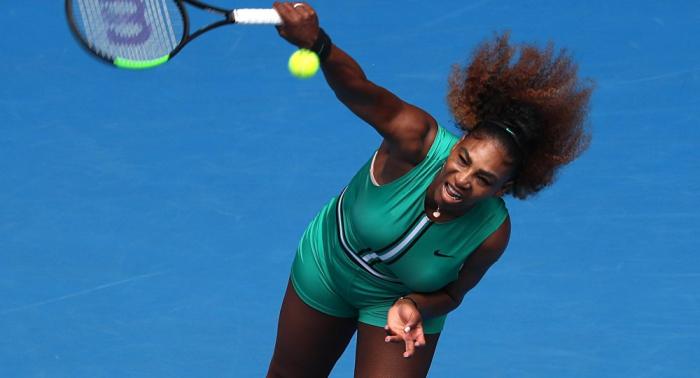 Serena Williams levanta emociones enfrentadas por su traje en el Open de Australia