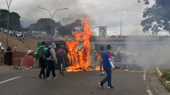 Maduroya qarşı etirazlar səngimir: Qumbaralardan istifadə edildi